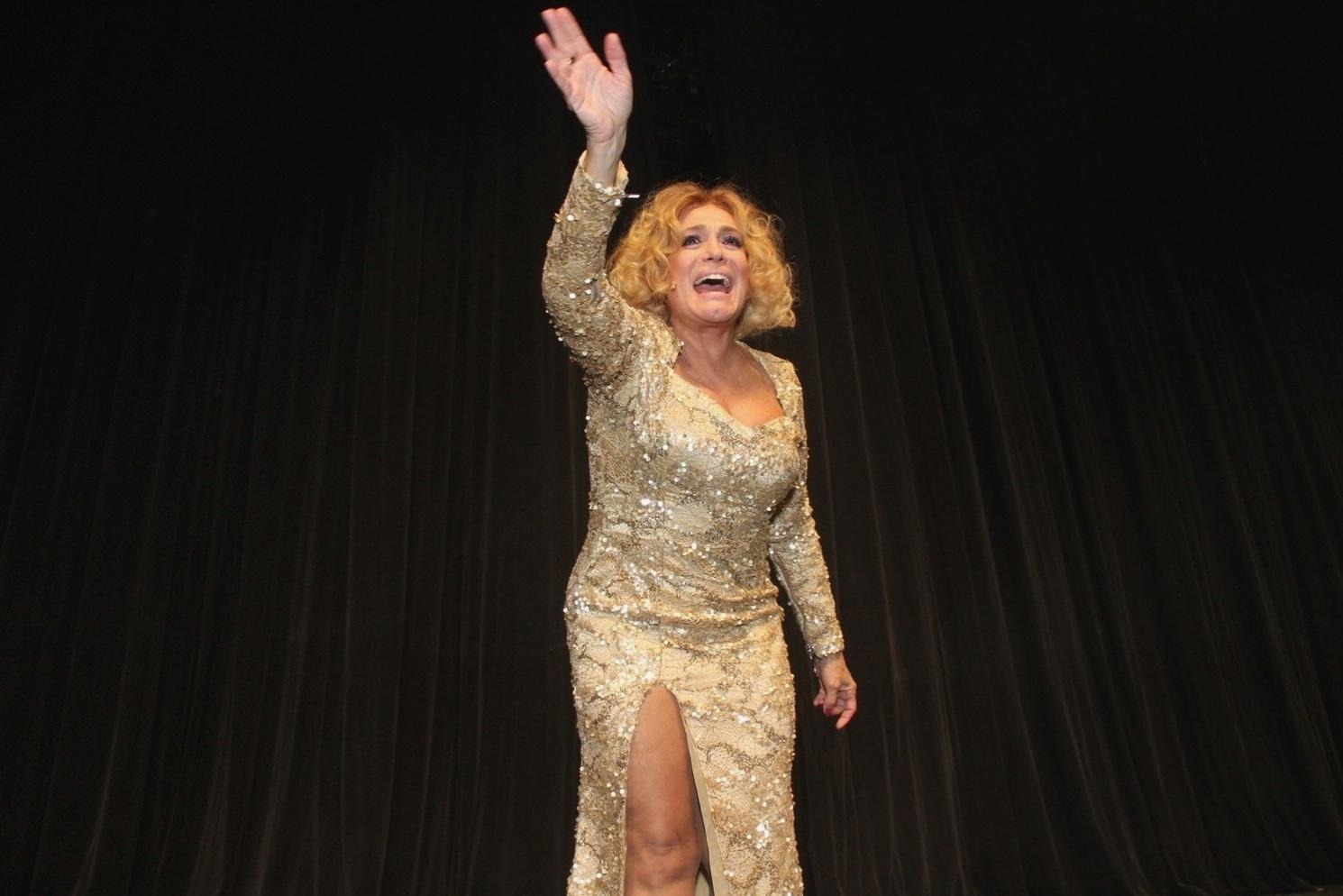 31.mar.2015 - Susana Vieira acena para o público ao fim da peça