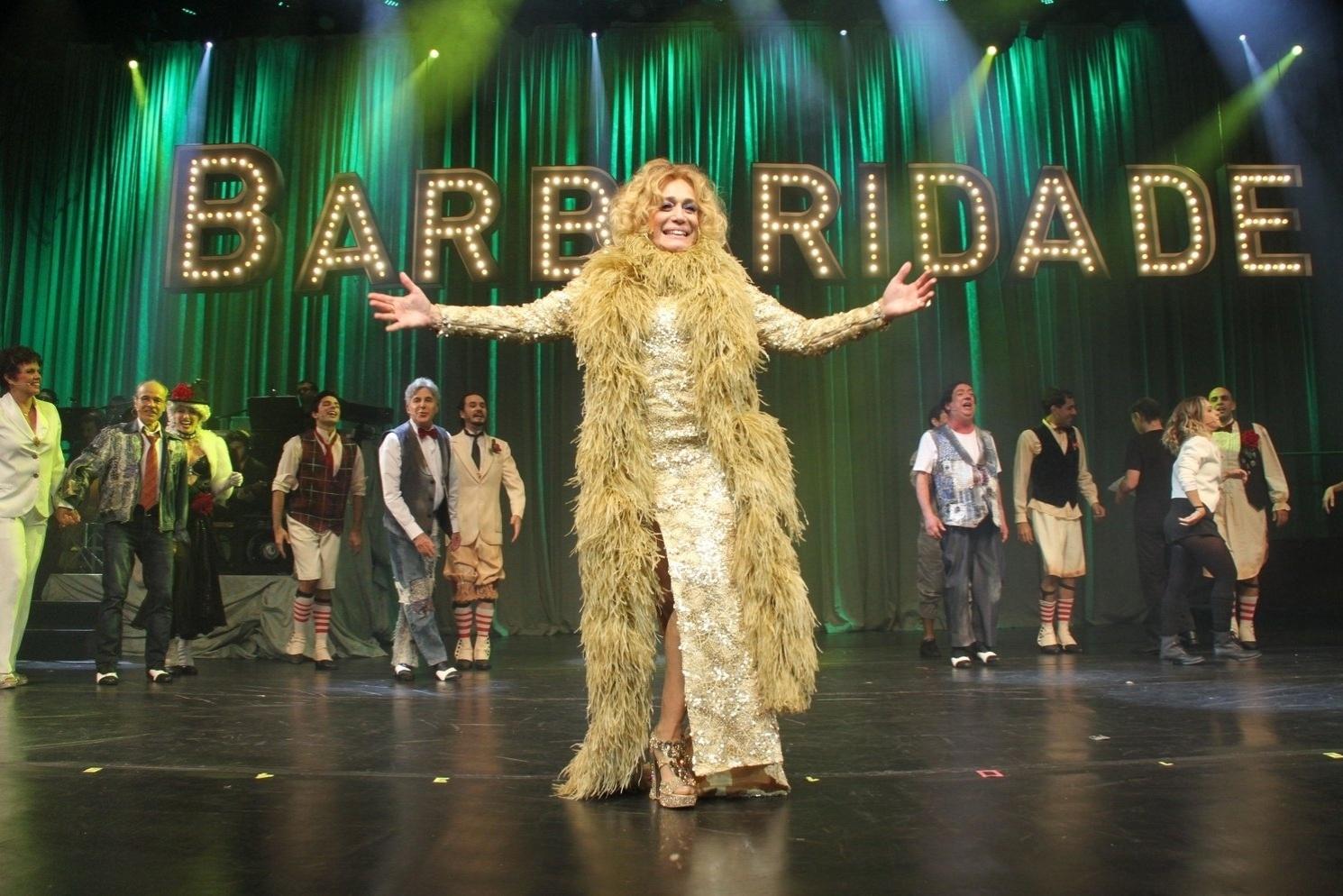 31.mar.2015 - Susana Vieira agradece ao público no palco da peça