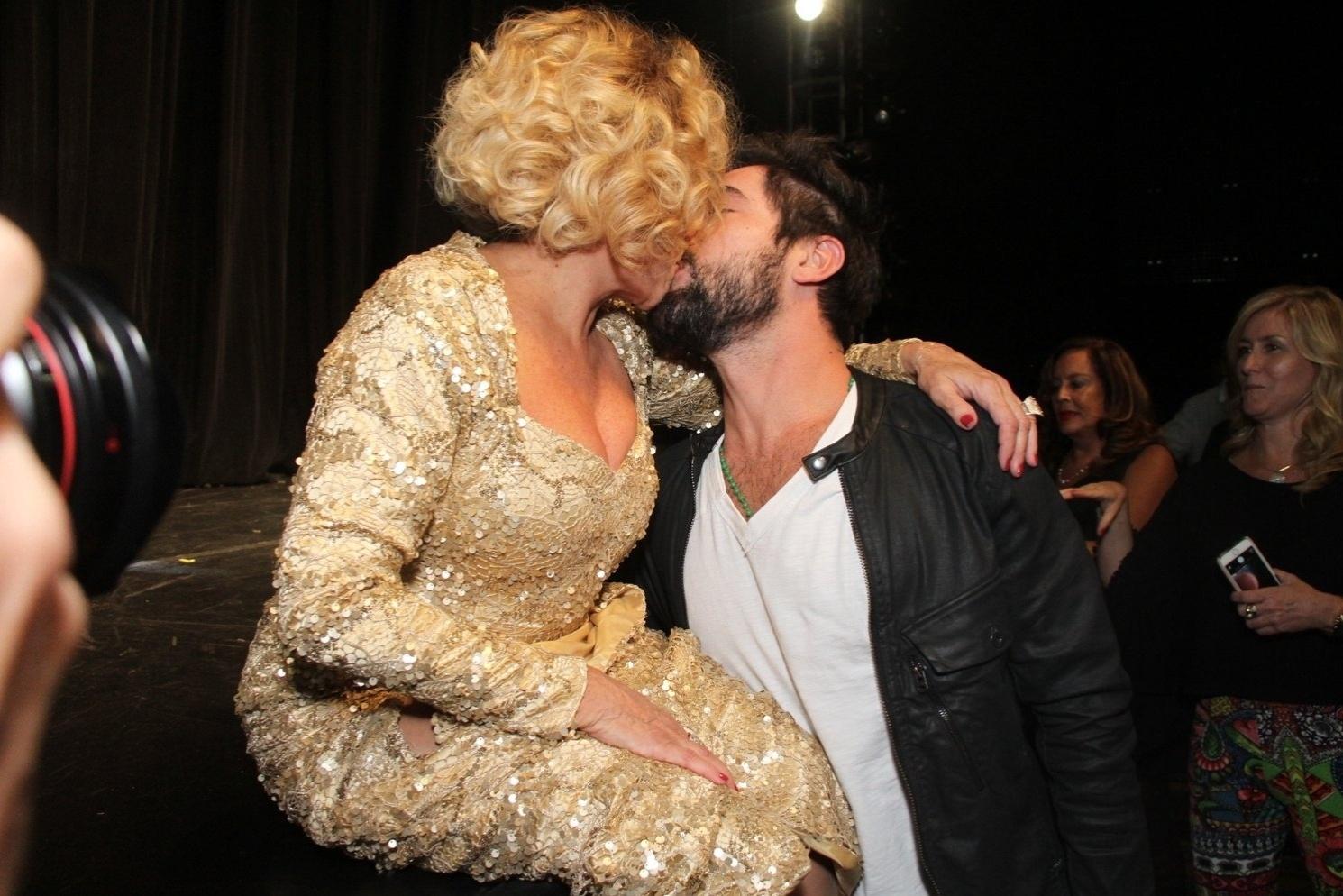 31.mar.2015 - Susana Vieira beija o namorado Sandro Pedroso após a estreia da peça