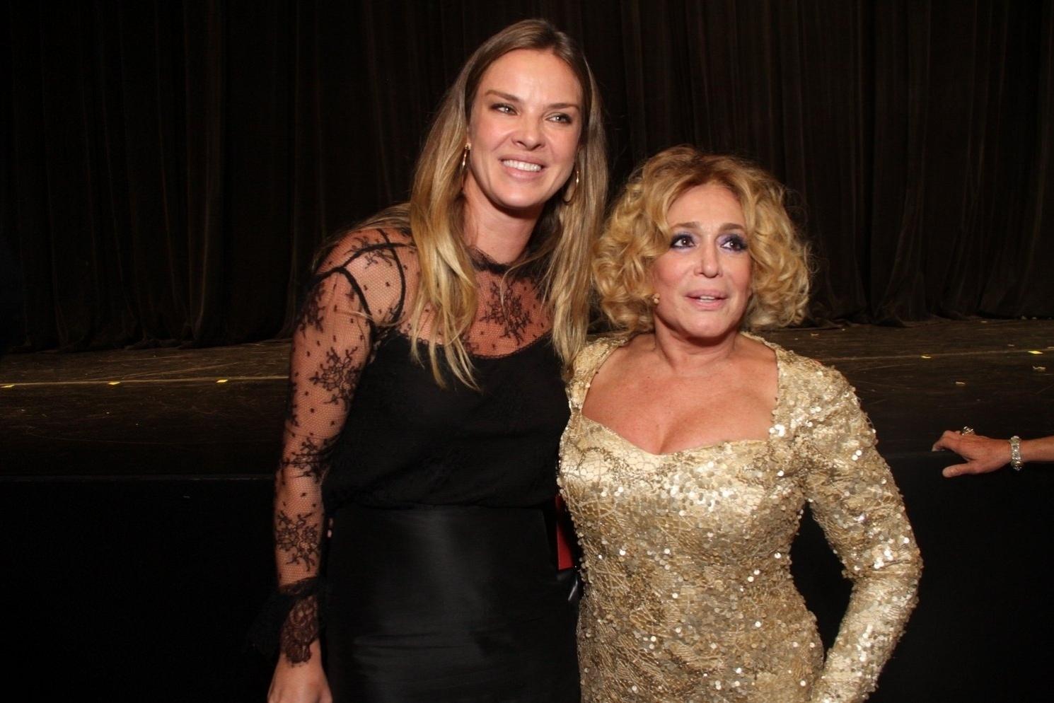 31.mar.2015 - Susana Vieira posa com Letícia Birkheuer após a estreia da peça