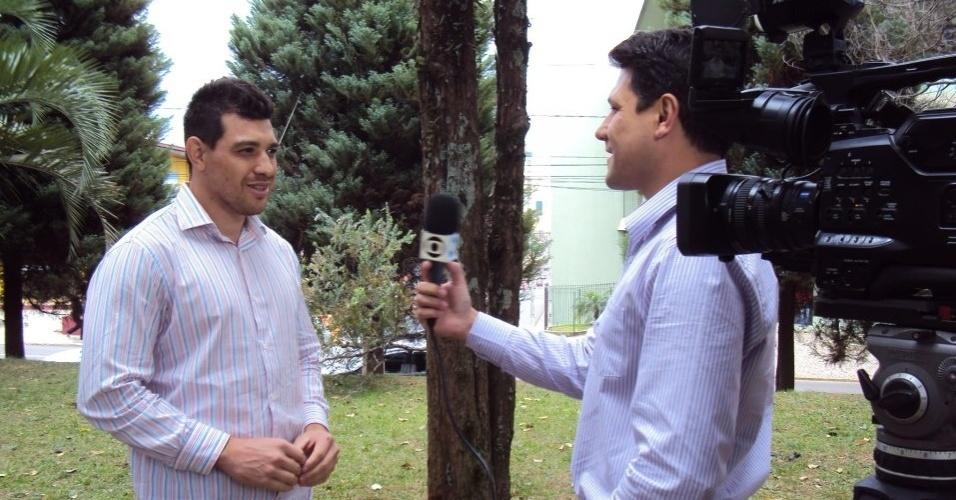Cézar dá entrevista à afiliada local da Globo no Paraná sobre sua candidatura a vereador em Guarapuava, considerada uma das mais bizarras do Brasil