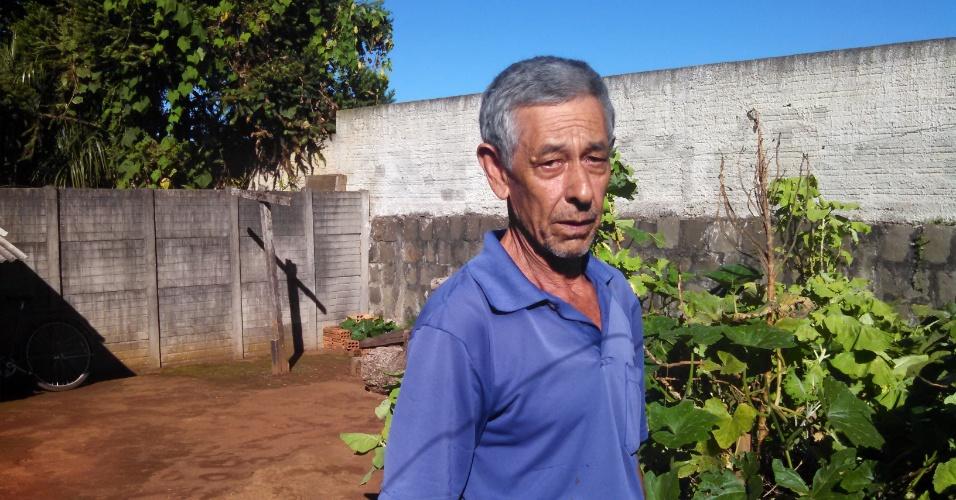 Darcílio Lima, 67 anos, pai de Cézar, no quintal de sua casa na colônia Vitória, no distrito de Entre Rios, em Guarapuava