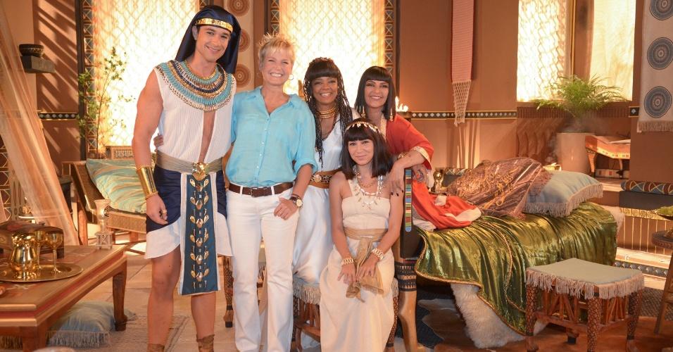 """Em sua visita ao Recnov, Xuxa posa sorridente com parte do elenco de """"Os Dez Mandamentos"""", novela bíblica da Record"""