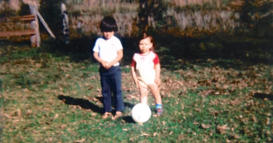 Segundo a mãe de Cézar, a única coisa que o fazia chorar na infância era se faltasse bola para o futebol. Na foto, ele posa com bola ao lado do irmão mais velho, Edson