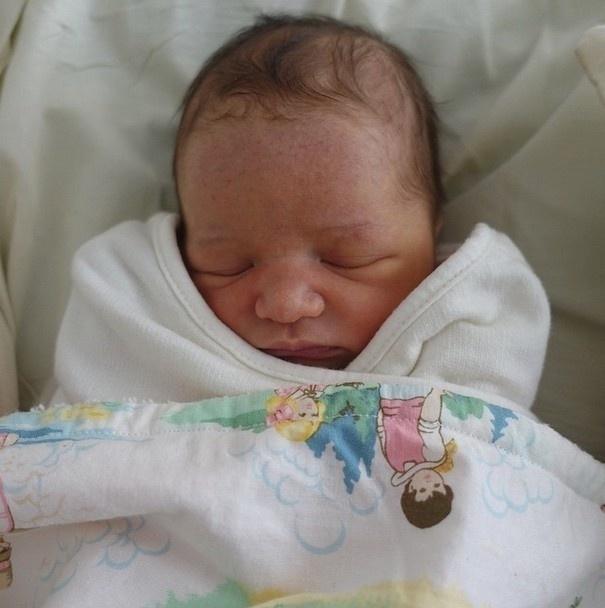 02.abr.2015 - Milla Jovovich postou a primeira foto de sua segunda filha, que nasceu nesta quarta-feira (1). Na legenda da foto a atriz aproveitou para contar que a bebê se chama Dashiel Edan Jovovich-Anderson
