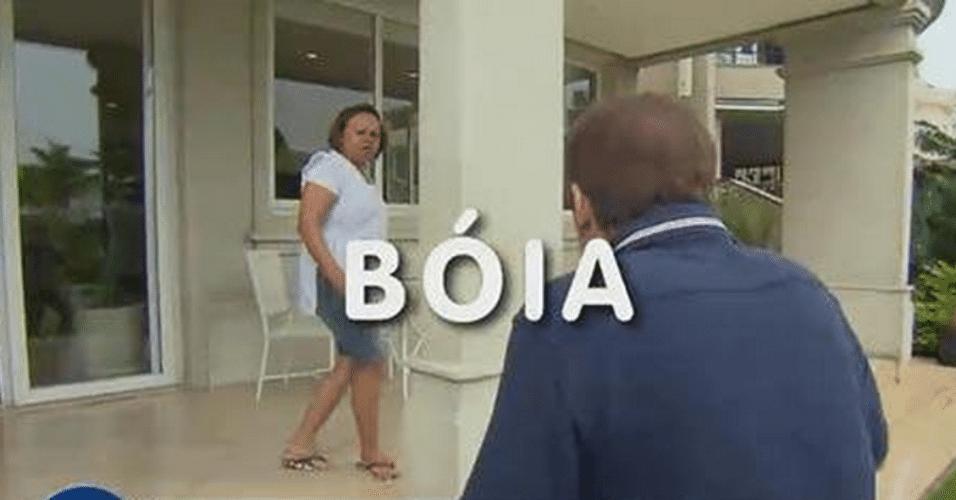 """1º.abr.2015 - Gugu visita a mansão de Marcelo Rezende, em São Paulo, no quadro """"Gugu Visita"""", e busca uma """"boia"""", mas produção escorrega na Língua Portuguesa e acentua a letra """"o"""""""