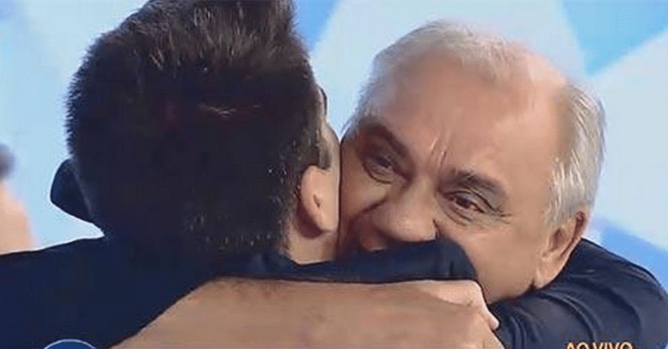 """1º.abr.2015 - Luiz Bacci reencontra Marcelo Rezende no palco do programa """"Gugu"""", na noite desta quarta-feira"""