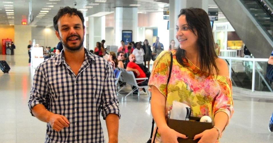 """1.abri.2015 - 1.abri.2015 - Eliminado  no penúltimo paredão do """"BBB15"""", Adrilles é flagrado cumprimentando fã no aeroporto Santos Dumont, no Rio de Janeiro"""
