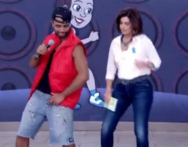 """2.abr.2015 - A apresentadora dançou a coreografia do """"Tapa na Mente"""", a música que faz sucesso entre a turma do Passinho do Romano"""