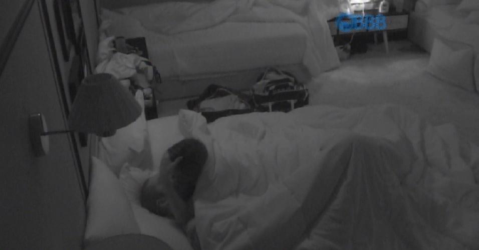"""2.abr.2015 - Deitados no quarto laranja, Fernando e Amanda conversam. A empresária diz ao brother que também sabe se comportar: """"Tá vendo, hoje fiquei comportada no jantar em Paris""""."""