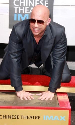 2.abr.2015 - O ator Vin Diesel deixou as marcas de suas mãos e pés na entrada do famoso TCL Chinese Theatre, em Hollywood (EUA)