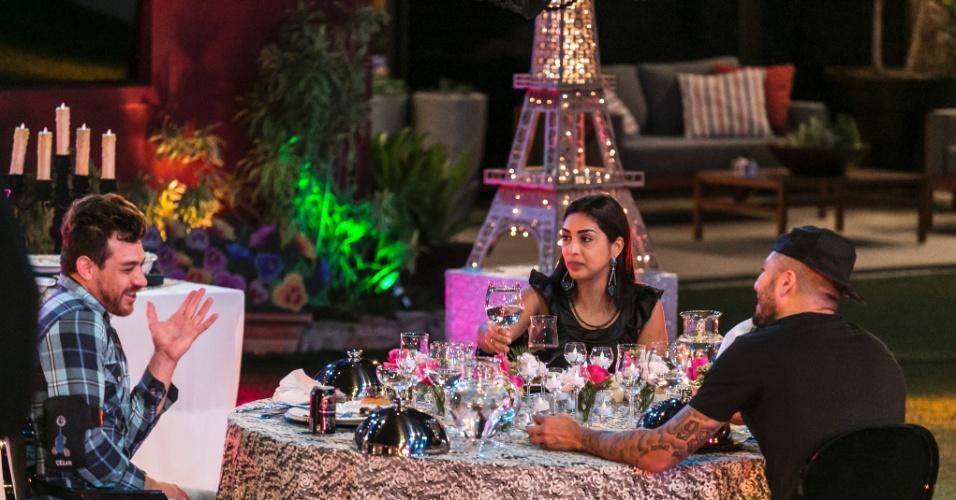 2.abri.2015 - Fernando, Amanda e Cézar curtem o jantar Paris