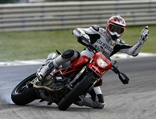 Freios ABS evitam que a moto trave a roda traseira e derrape desgovernadamente