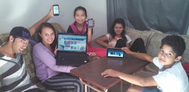 Na casa da irmã Janete, Cézar tem votos no celular, tablet e notebook