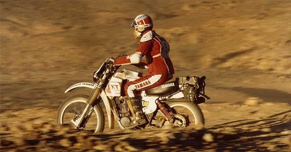 Piloto Jean-Claude Olivier com o protótipo da Yamaha Ténéré durante o Rally Dakar em 1976