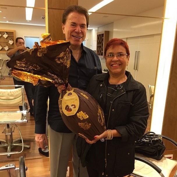 Silvio Santos presenteia família Jassa com ovo