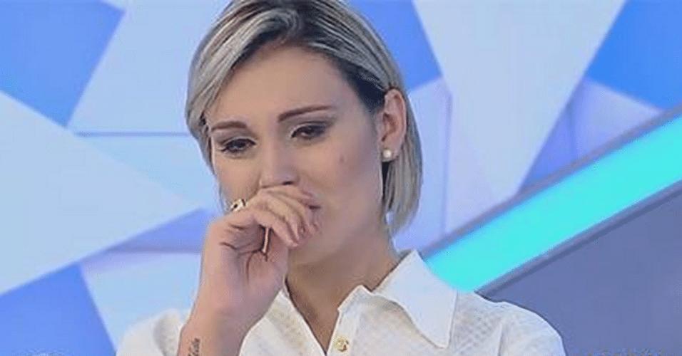 2.abr.2015 - Andressa Urach se emociona quando Gugu lê uma carta escrita por seu pai no palco do programa, na noite desta quinta-feira. Ela também confessou que era viciada em cigarros e cocaína