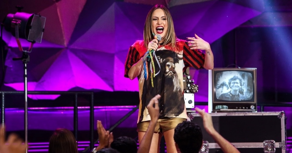 2.abr.2015 - Claudia Leitte canta