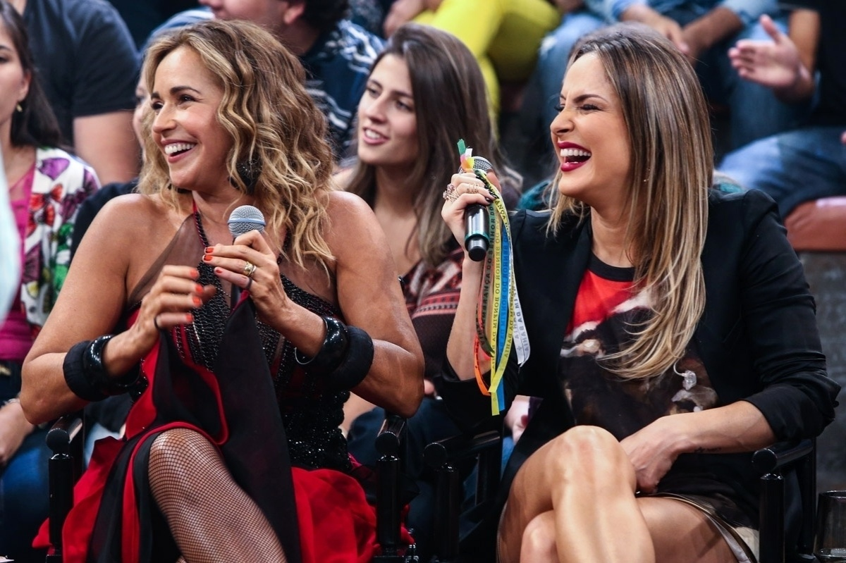 2.abr.2015 - Daniela Mercury e Claudia Leitte se divertem nas gravações do