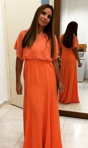 2.abr.2015 - Ivete Sangalo mostra o vestido que escolheu para um show beneficente em prol do Hospital do Câncer de Barretos, no interior de São Paulo, nesta quinta-feira