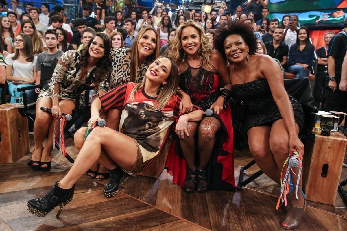 2.abr.2015 - Mari Antunes, do Babado Novo, Ivete Sangalo, Claudia Leitte, Daniela Mercury e Margareth Menezes se junto para uma foto oficial no