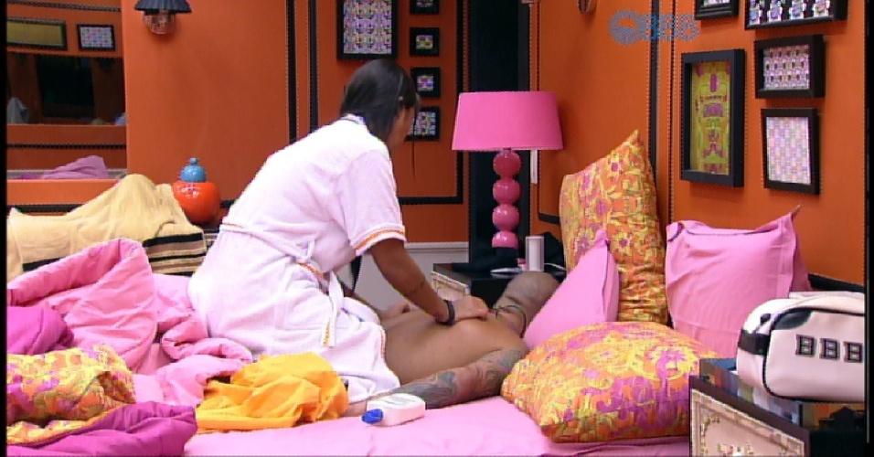 3.abr.2015 - Acordada pela produção, Amanda faz massagem em Fernando
