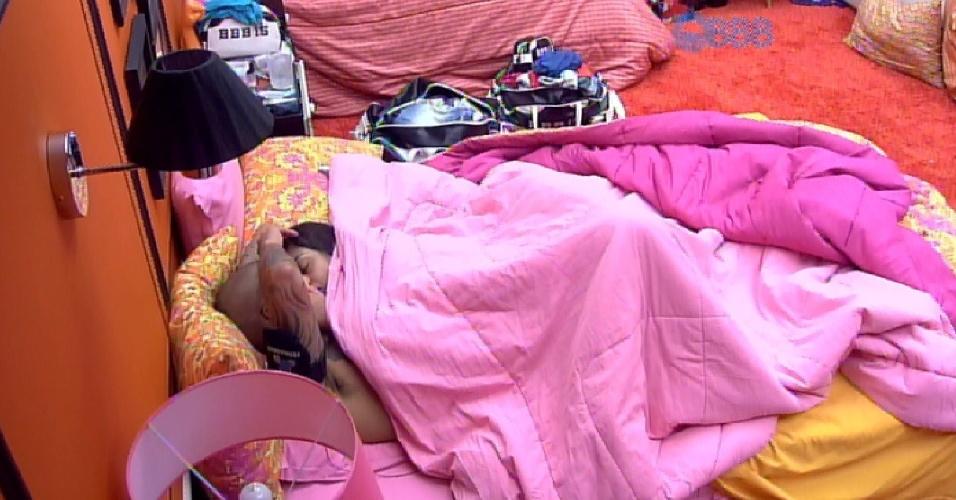 """3.abr.2015 - Amanda decide fazer um """"agrado"""" em Fernando e parte pra cima do brother, na tarde desta sexta-feira. Enquanto Cézar malha na academia do """"BBB15"""", a sister ataca o produtor cultural no quarto laranja"""