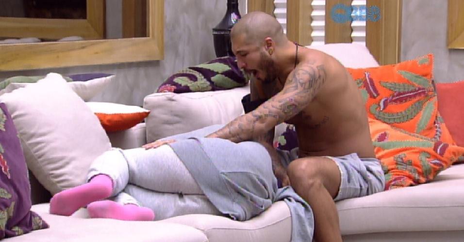 """3.abr.2015 - Amanda, que decidiu ir dormir no sofá da sala, está deitada quando Fernando chega e faz carinho nela, no início da tarde desta sexta-feira. A sister puxa a mão dele e dá um beijinho. """"Por que você deitou aqui?"""", pergunta. """"Você estava quase me chutando da cama. Estava dando cotovelada. Quis deixar você dormir bem. Fazia tempo que você não dormia"""", respondeu ela"""