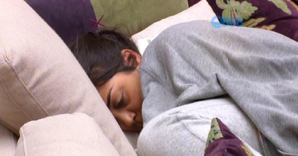 3.abr.2015 - Aparentemente chateada com a frieza de Fernando, que desde que perdeu a primeira prova valendo uma vaga na final do programa não está falando direito com ela, Amanda deixa a cama e vai tentar dormir na sala