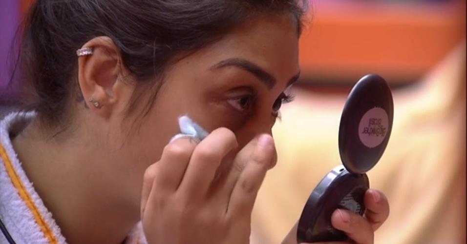 3.abr.2015 - Após pedido de Fernando, Amanda toma banho, tira a maquiagem anterior e faz uma nova maquiagem no quarto laranja