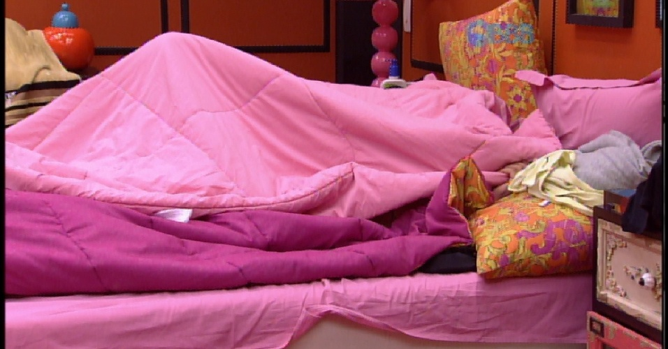 3.abr.2015 - Após um cochilo no início da noite, Fernando e Amanda se escondem embaixo do edredom por alguns minutos