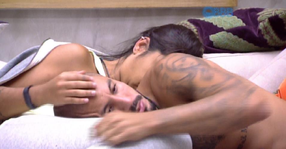 3.abr.2015 - Depois de preparar torradas com queijo e tomate, no início da tarde desta sexta-feira, Fernando leva o lanche para Amanda, que está deitada no sofá da sala.