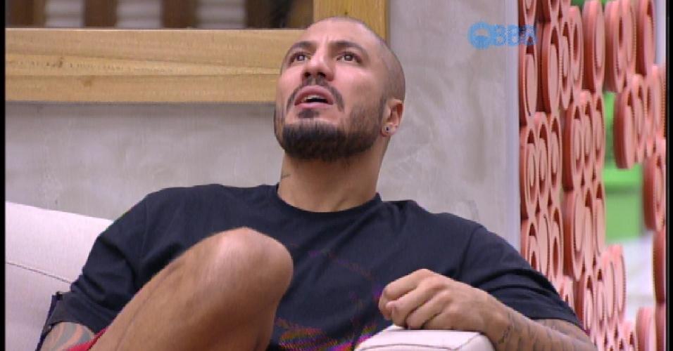 """3.abr.2015 - Fernando canta música """"Fui Fiel"""", de Gusttavo Lima, que cantava para Aline na casa do """"BBB15"""""""