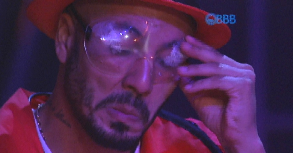 3.abr.2015 - Fernando tenta arrumar os óculos de proteção. O produtor cultural está com os óculos embaçados