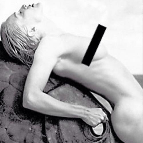 3.abr.2015 - No meio da madrugada, Madonna apareceu nua em sua conta do Instagram e fez duras críticas à censura que imagens de nudez sofrem nas redes sociais
