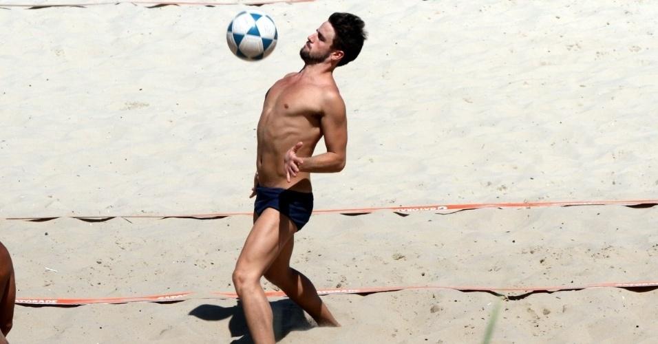 3.abr.2015 - Rafael aproveita para jogar futevôlei na praia da Barra da Tijuca