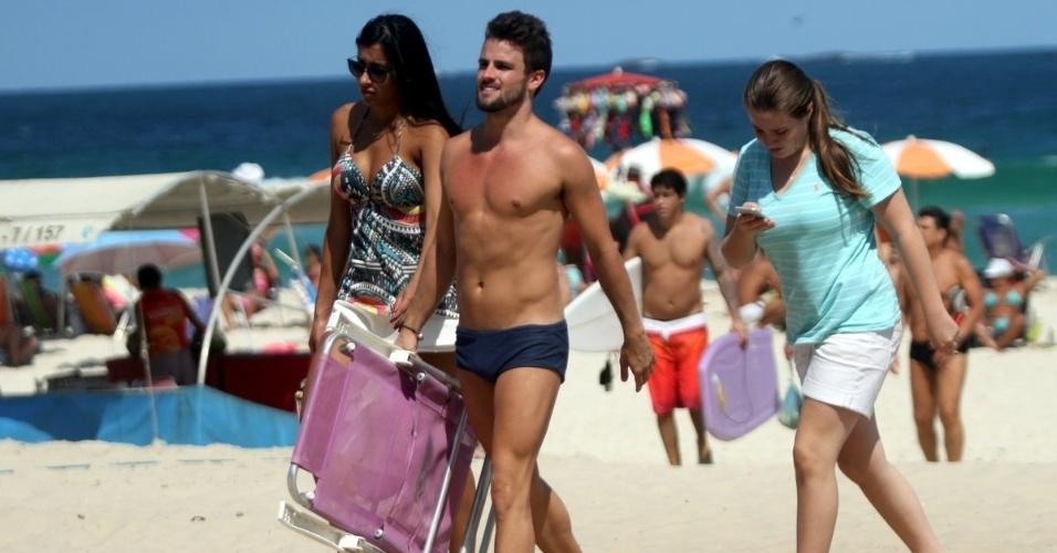 3.abr.2015 - Rafael e Talita são clicados juntos na praia da Barra da Tijuca, no Rio