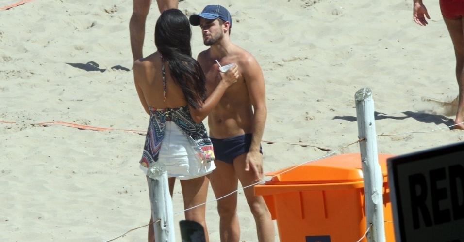 """3.abr.2015 - Talita e Rafael não se desgrudam desde que deixaram o """"BBB"""". Neste feriado, o casal curte a praia da Barra da Tijuca, no Rio"""