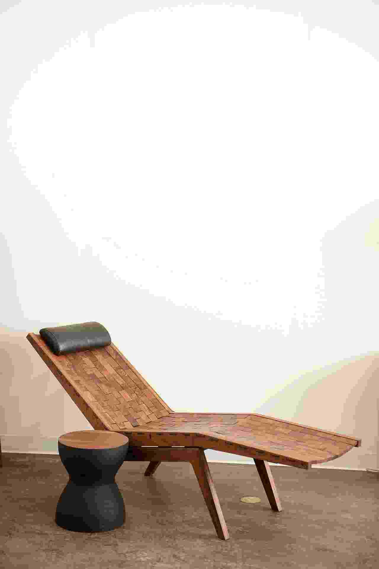 A RB Chaise Lounge levou cerca de 120 horas para ser produzida e custa US$ 8.900. A peça foi cuidosamente montada com pequenas plaquetas de madeira e conta com um travesseiro revestido por couro (Imagem do NYT, usar apenas no respectivo material) - Robert Rausch/ The New York Times