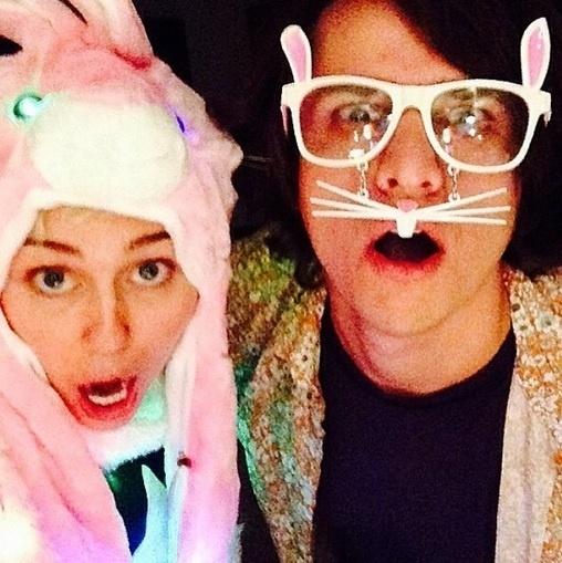 4.abr.2015 - A cantora Miley Cyrus se fantasiou de coelho para comemorar a Páscoa. Ao lado de um amigo igualmente animado, ela postou diversas fotos no Instagram