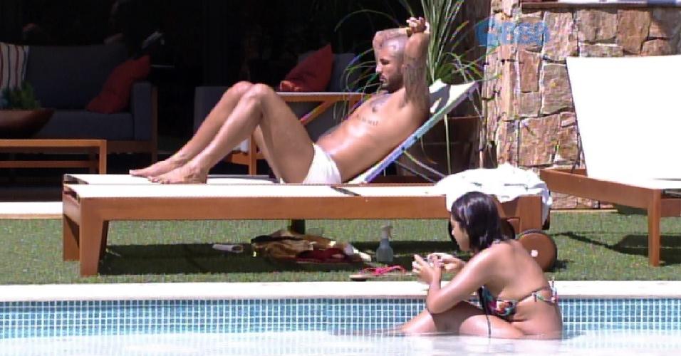 """4.abr.2015 - Amanda e Fernando curtem a manhã de sábado na piscina do """"BBB15"""". Enquanto isso, Cézar tira um cochilo na sombra"""