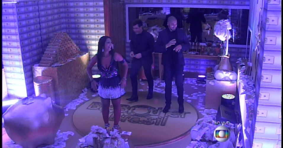 """4.abr.2015 - Após prova que decidia o primeiro finalista do """"BBB15"""", recebem festa no antigo quarto azul"""