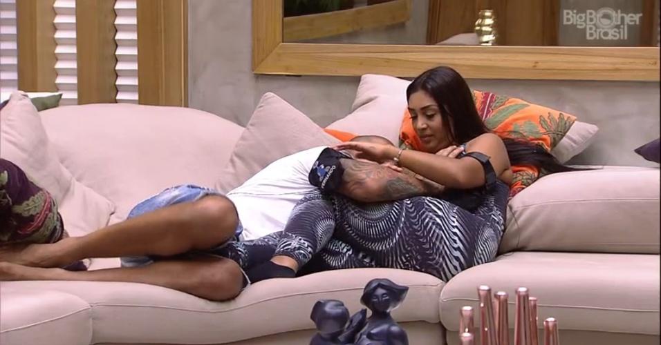 """4.abr.2015 - Deitado no colo de Amanda, Fernando passa a mão no peito da sister e, irônica, ela exclama: """"Que romântico"""""""