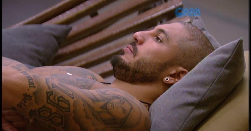 4.abr.2015 - Fernando decide sentar sozinho um pouco para refletir