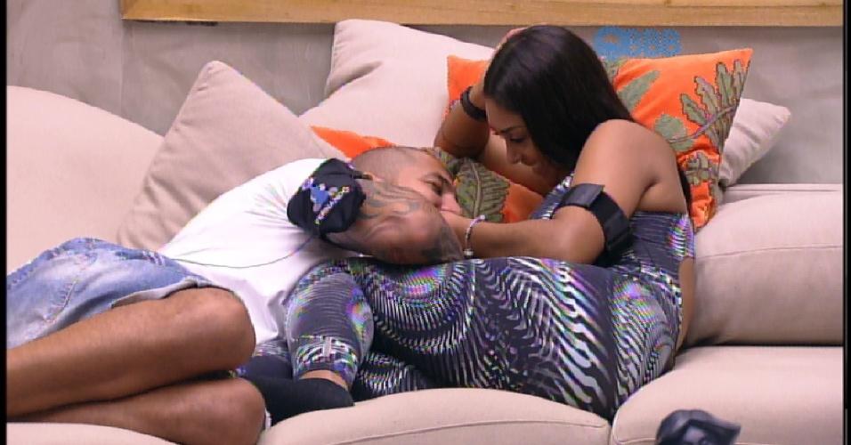 """4.abr.2015 - Fernando olha para o decote de Amanda e diz: """"Gostoso"""". """"Quer deitar aqui, amor?"""", convida a sister. """"Não, gosto de olhar"""", responde Fernando"""