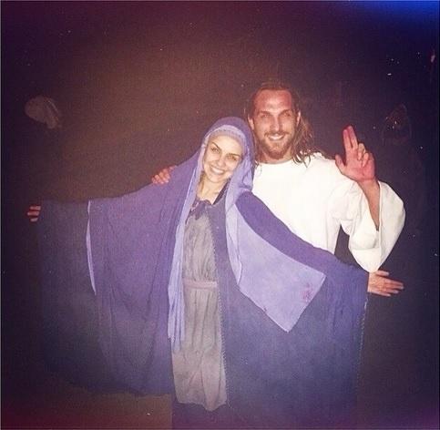 5.abr.2015 - A atriz Paloma Bernardi posa vestida como Maria de Nazaré ao lado de Igor Rickli, que fez o papel de Jesus na encenação da Paixão de Cristo de Nova Jerusalém, no interior de Pernambuco