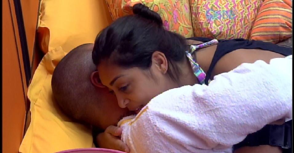 5.abr.2015 - Emparedados, Amanda e Fernando desejam sorte um ao outro