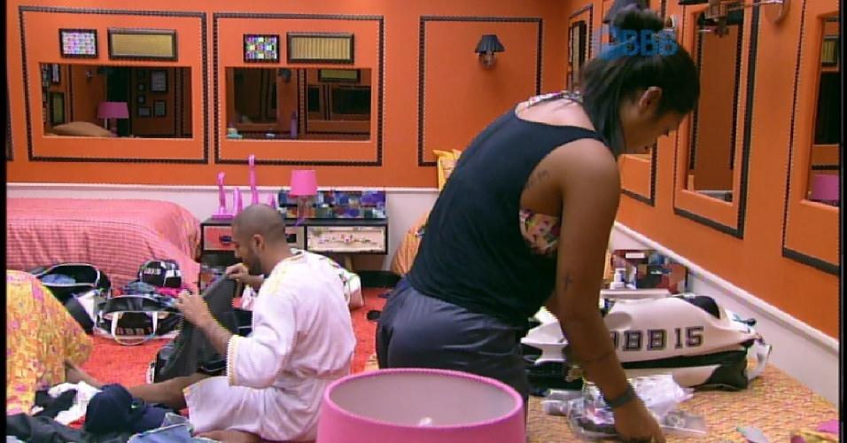 """5.abr.2015 - Enquanto arrumavam as malas, Fernando reclama que não encontra cueca e Amanda sugere: """"Fica sem"""""""