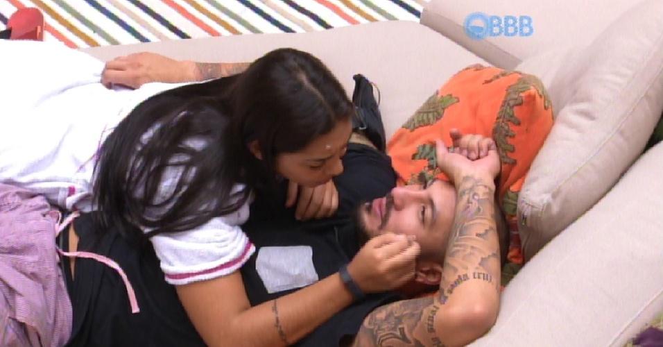 """5.abr.2015 - Fernando deita com Amanda no sofá da sala, no início da tarde deste domingo, e quer saber se fez besteira na última festa. Amanda lembra que pediu o brother em namoro e ele desconversou. """"Fiquei chorando"""", conta"""