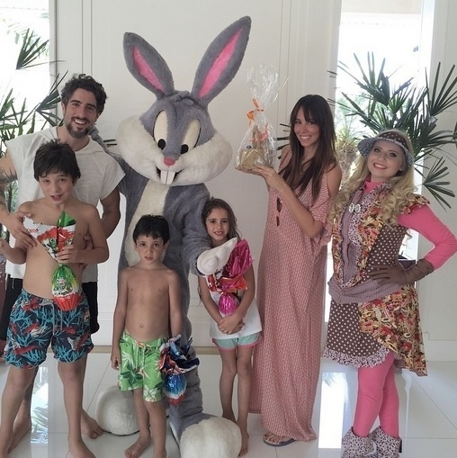 5.abr.2015 - O apresentador Marcos Mion comemorou a Páscoa de forma animada com a mulher, Suzana Gullo, e os filhos, que foram visitados por Pernalonga neste domingo (5)
